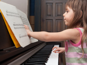 Kleines Mädchen spielt vom Blatt